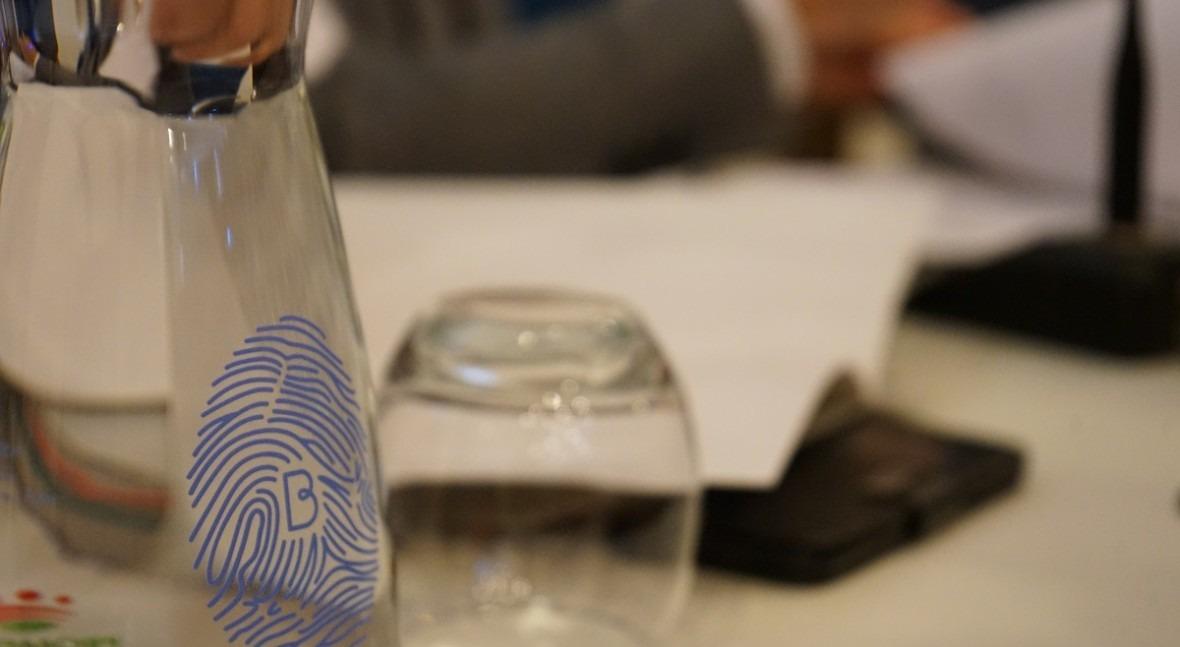 Botellas y vasos vidrio promover consumo agua grifo actos municipales