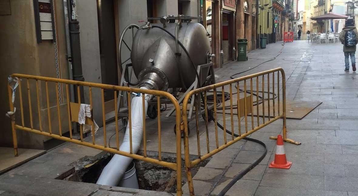 Aqualia repara ' zanja' red saneamiento calle Cimadevilla, Oviedo