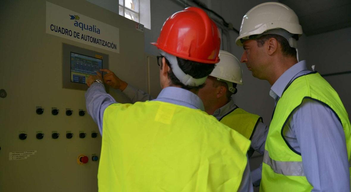 Dentro de la planta, el concejal recibe explicaciones sobre la automatización de la instalación