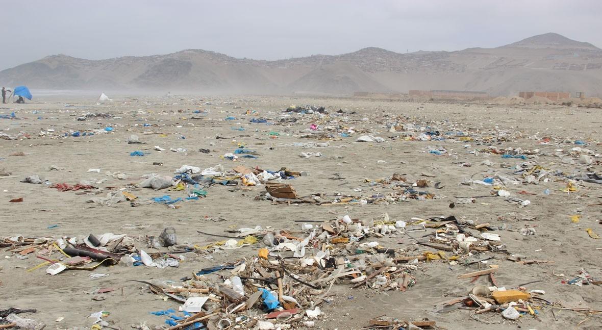 ACCIONA organiza jornada limpieza playa Cavero Pachacútec, Perú