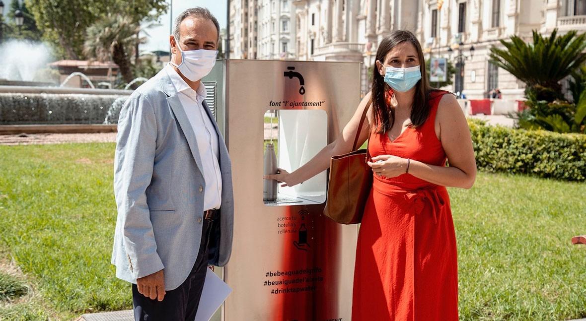 Elisa Valia inaugura primeras fuentes agua filtrada y refrigerada Valencia