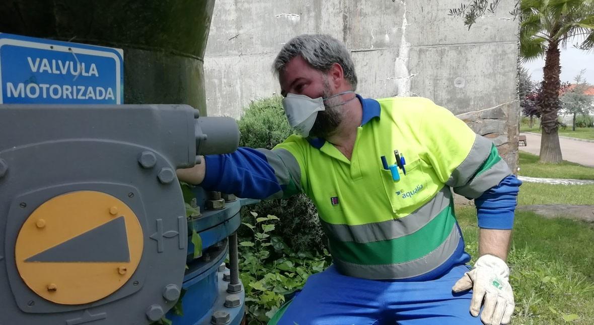 Un operario, en labores de mantenimiento de una válvula motorizada de la red.