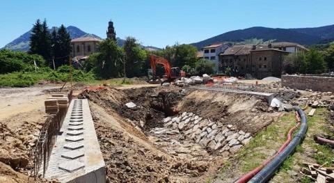 URA coloca vigas segundo puente arroyo Toloto paso Elorrio