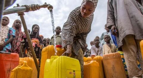 Mujeres y niñas todo mundo pasan 200 millones horas al día buscando agua