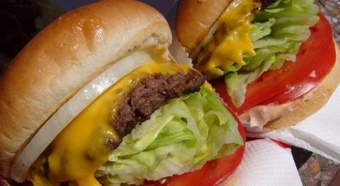 ¿Cuánta agua gastamos producir hamburguesa?
