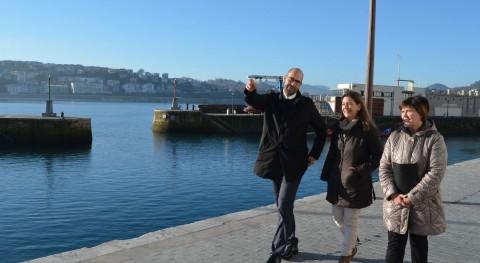 Marko Boronat y Almudena Ruiz de Angulo comentan con Ana Oregi las reformas del muelle donostiarra Fuente: Irekia