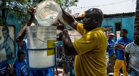 Líderes comunitarios en Haití enseñan cómo utilizar los sistemas de filtrado del agua (ONU).