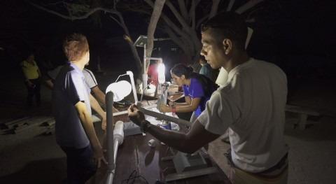 ' litro luz': cómo alumbrar botellas plástico recicladas rellenas agua y cloro