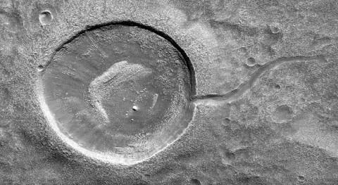 cráter renacuajo Marte fue erosionado agua que lo desbordó
