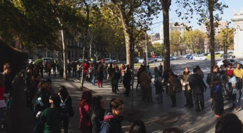 Día Saneamiento Madrid: Cola frente letrina Puerta Alcalá