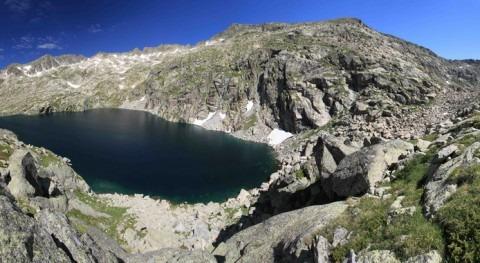 Estany de Bergús (2.449 metros de altitud) con aguas frías, extremadamente pobres en alimento y sometidas a elevadas dosis de radiación ultravioleta. / JC Auguet