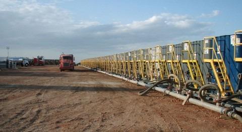 Tanques de agua preparados para el proceso de fractura hidráulica en un pozo (Wikipedia Commons/CC).