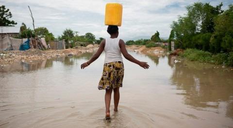 Letrinas y tanques agua potable llegan socorrer Haití