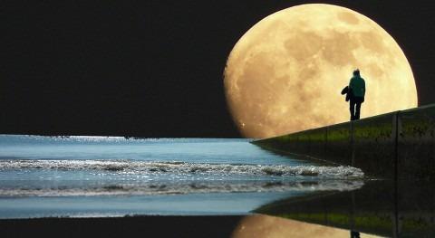 Buscando agua luna y retretes tierra