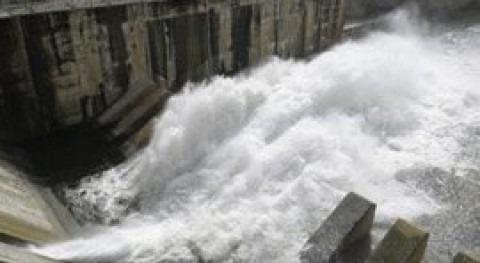 Liberación de agua desde la presa de Sau