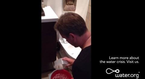 Matt Damon se apunta al Ice Bucket Challenge agua inodoro