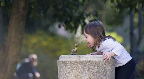 Deja reciclar y bebe agua grifo