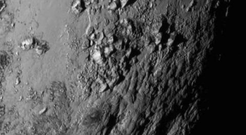 Imagen de las montañas heladas de Plutón (NASA).