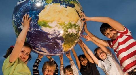 Niños sujetando la bola del mundo © Paco Marquez/WWF Spain