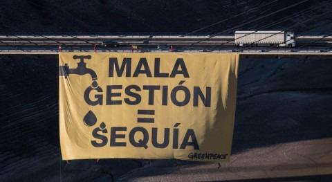 pancarta gigante embalse Barrios Luna denuncia mala gestión agua
