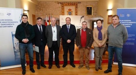 El consejero de Medio Ambiente junto con los alcaldes de la Costa Occidental durante la presentación del Plan.