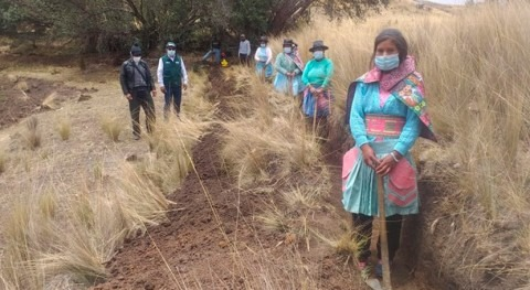 Perú impulsa participación mujer huancavelicana mantenimiento canales riego