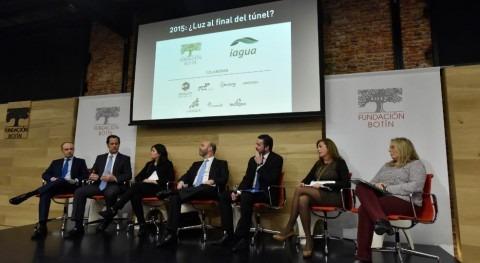 Arantxa Mencía, junto a otros participantes, de la mesa redonda '2015: ¿luz al final del túnel?'