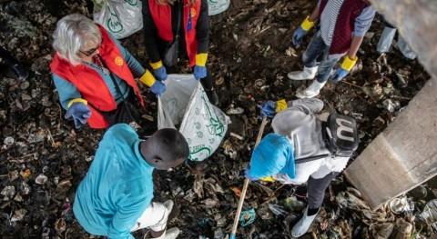 refugiados Egipto ayudan combatir contaminación plástico río Nilo