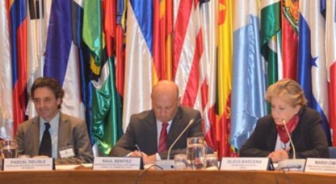 Pascal Delisle (Cooperación francesa), Raúl Benítez (FAO) y Alicia Bárcena (CEPAL)