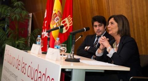 La alcaldesa de Pozuelo de Alarcón, Paloma Adrados, y el alcalde de Alcorcón, David Pérez,