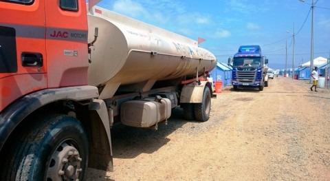 habitantes albergues Esmeralda, Ecuador, reciben tres tanques llenos agua