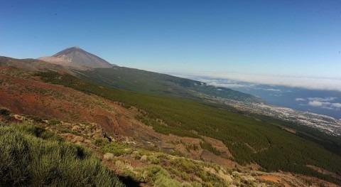 Vertiente Norte de la Isla de Tenerife con el Parque Nacional del Teide al fondo.
