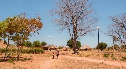 mirar al cielo escuchar radio combatir cambio climático Zambia
