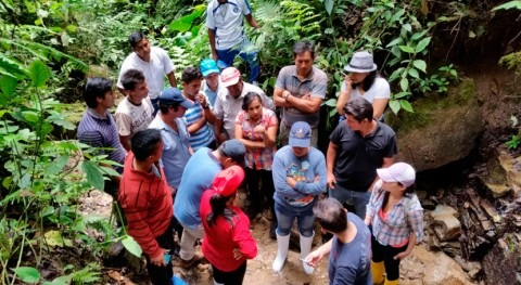 Operadores Agua Zumba, Ecuador, aprenden analizar calidad agua