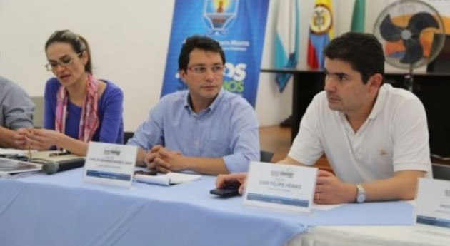 El Ministro de Vivienda Ciudad y Territorio, Luis Felipe Henao Cardona, con el Alcalde de Santa Marta, Carlos Caicedo y la Viceministra de Aguas, Carolina Castillo.