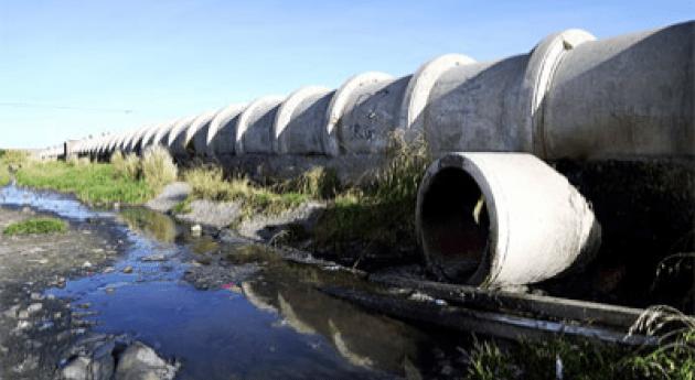 Línea principal de alcantarillado de la planta de tratamiento de aguas residuales de Puchukollo perforada por la población local para desviar el agua para el riego y la ganadería.