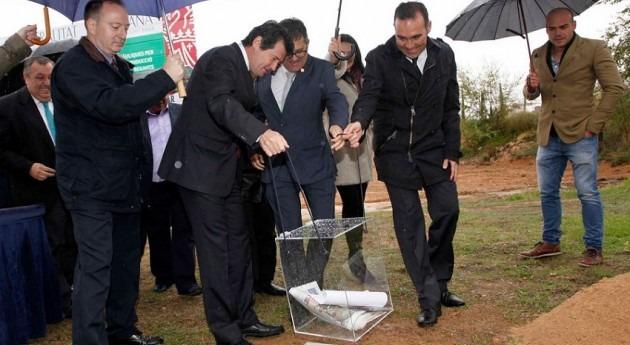 El vicepresidente valenciano, José Císcar, colocando la primera piedra de una EDAR