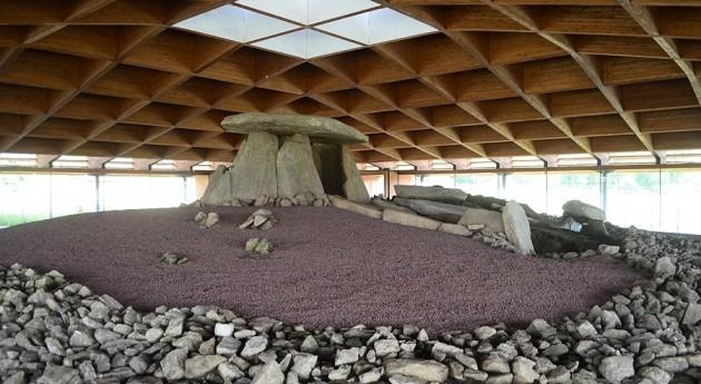 humedad y gestión municipal inadecuada amenazan arte neolítico Dolmen Dombate