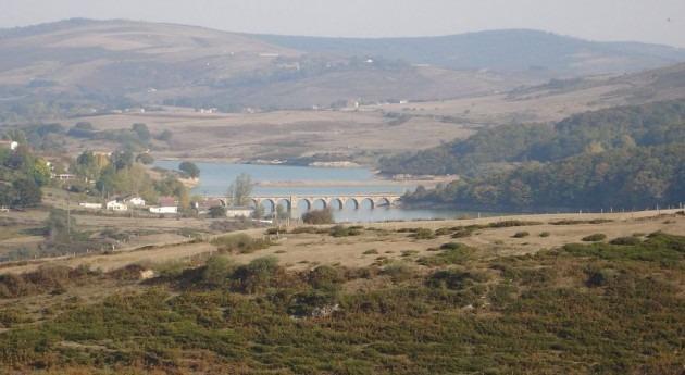 Embalse del Ebro (Wikipedia).