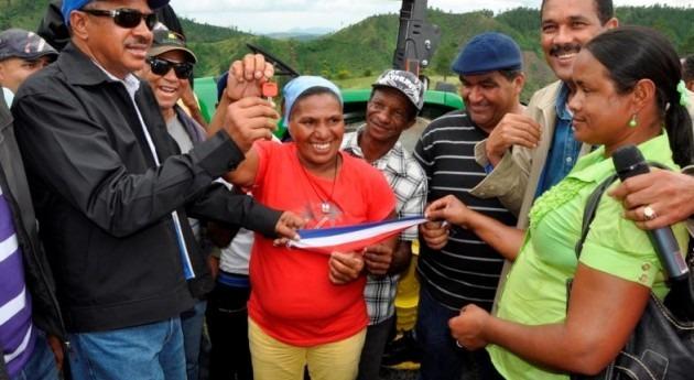 INDRHI entrega equipos agricultores comunidad Vallecito
