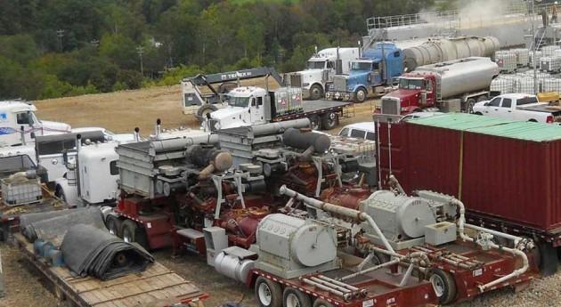 Camiones y equipos necesarios para la fracturación hidráulica en torno a un pozo (Wikipedia/CC).
