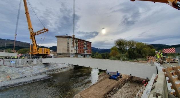 URA ha instalado vigas puente Charco Zalla, Bizkaia