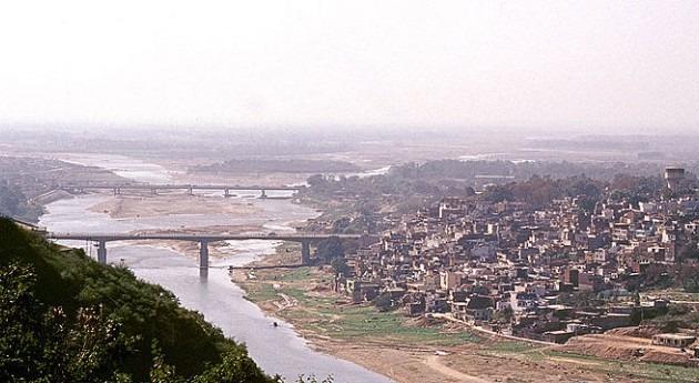 Jammu, bordeada por el río Tawi.