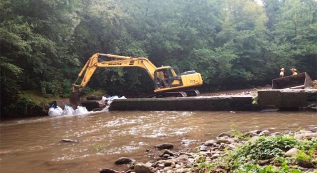 URA ha demolido primer tramo presa antigua papelera Leitzaran Galgo