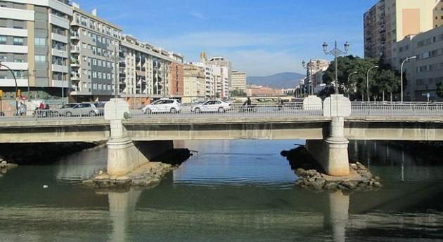 Emasa retira lodos acumulados tramo final río Guadalmedina