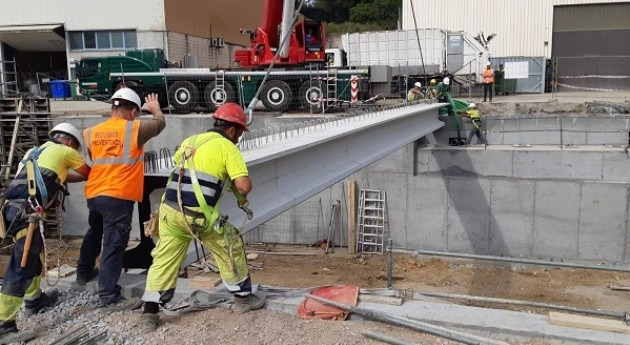 Se colocan vigas segundo puente Sangroniz río Asua