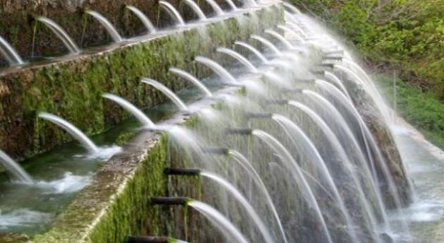 La fuente de los 100 caños en Villenueva del Trabuco, un surgente de un acuífero kárstico en Málaga.