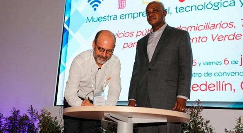 ministros Vivienda y Medio Ambiente Colombia firman decreto protección hídrica