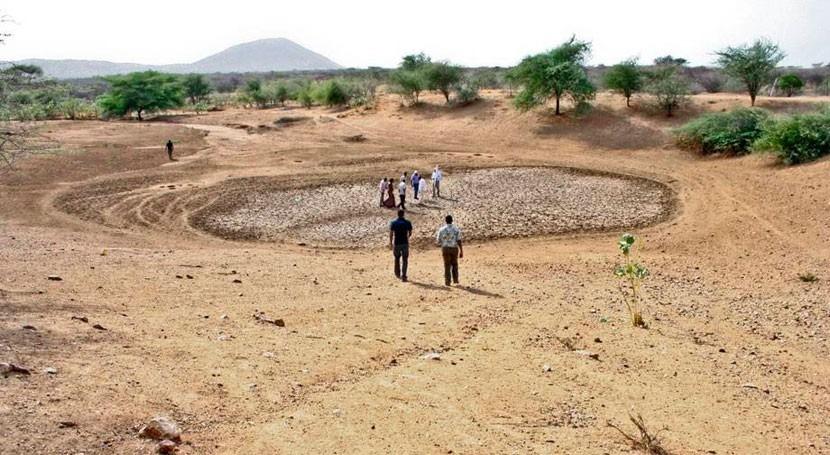 Foto de una charca seca en un campo yermo de Kenya.