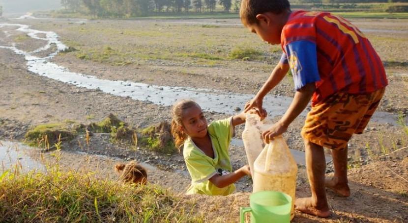 Niños en busca de agua (Plan España).